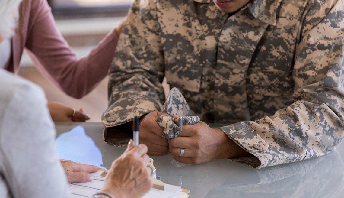 Un médico atiende a un militar