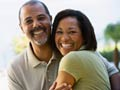 Sonriente pareja - Por qué los hombres deben salir con mujeres de su misma edad