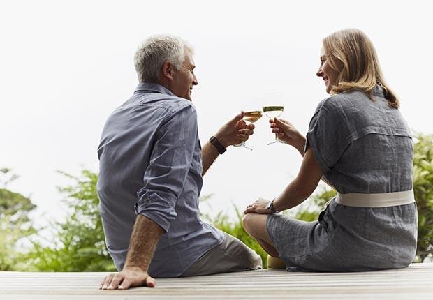 Pareja madura de espaldas - ¿Por qué los hombres deberían salir con mujeres de su misma edad?