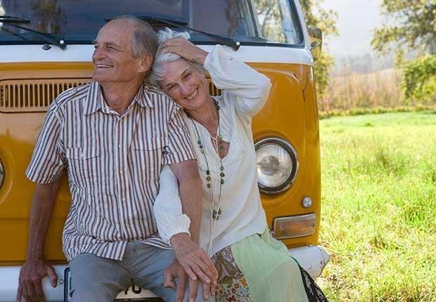 Pareja madura al lado de un RV - ¿Por qué los hombres deberían salir con mujeres de su misma edad?