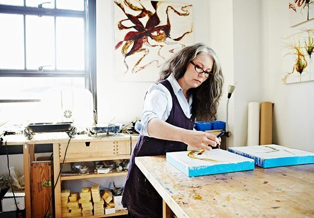 Mujer pintando en su taller de arte - ¿Por qué los hombres deberían salir con mujeres de su misma edad?