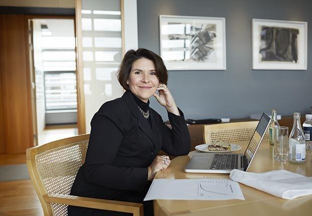 Mujer en un escritorio - ¿Por qué los hombres deberian salir con mujeres de su misma edad?