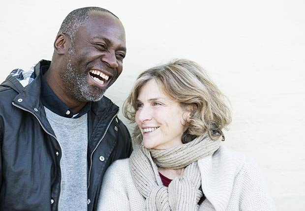 Pareja madura sonriendo - ¿Por qué los hombres deberían salir con mujeres de su misma edad?
