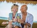 Excelentes lugares donde conocer gente – Pareja brindando en la playa