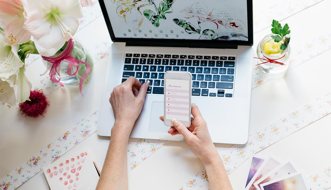 Using cell phone and apps to plan wedding