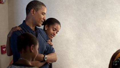 Barack Obama y sus hijas Sasha y Malia en una exposición en Honolulu, Hawaii