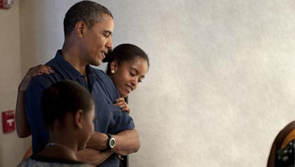 Barack Obama and daughters Sasha and Malia at an exhibit in Honolulu, Hawaii