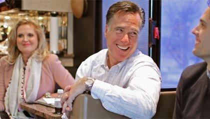 El candidato presidencial republicano Mitt Romney (C) conversa con su hijo Craig Romney (R) y su esposa Ann Romney en su autobús de campaña.