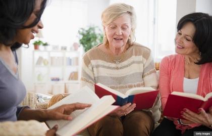 Grupo de amigas en un club de lectura