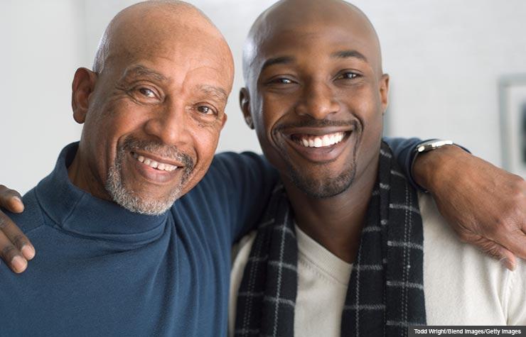 Padre e hijo abrazados - Sea amigo con su hijo adulto