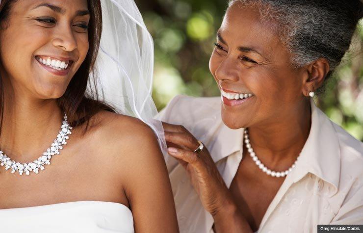 Madre e hija vestidas de novia, hablar con los hijos adultos sobre el matrimonio.