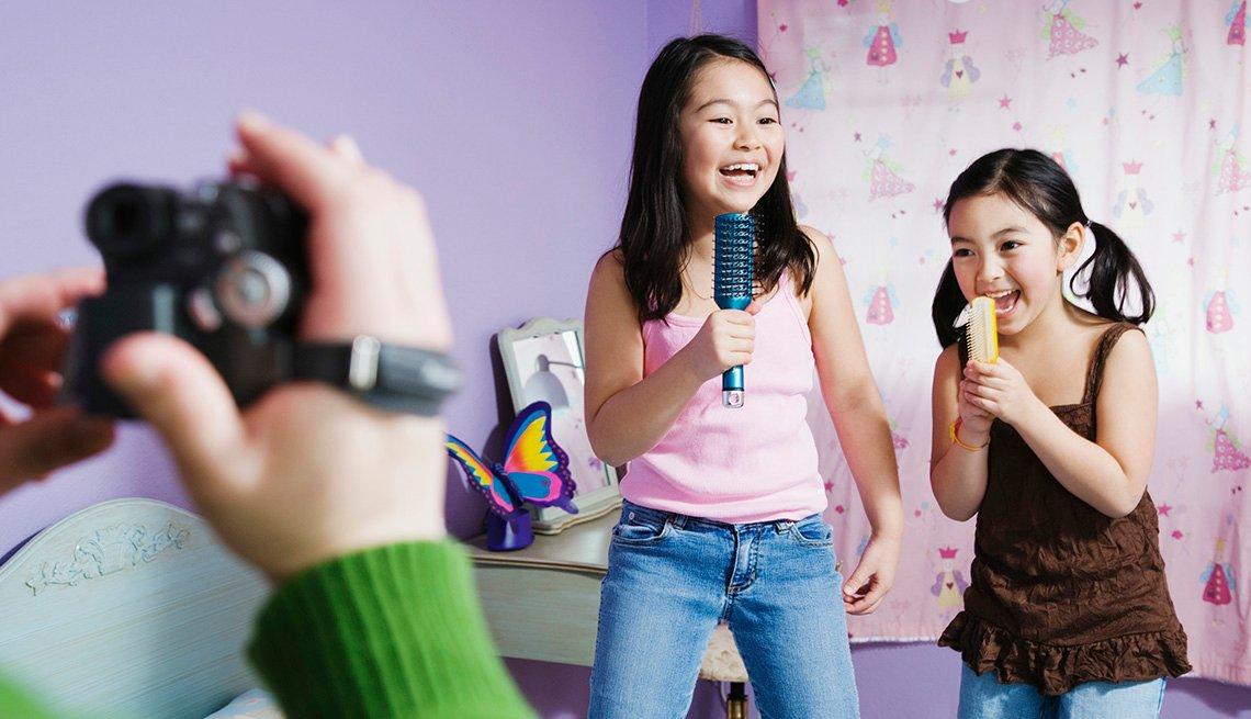 Dos niñas cantando y grabando un vídeo - Diviértete con tu familia y amigos este verano