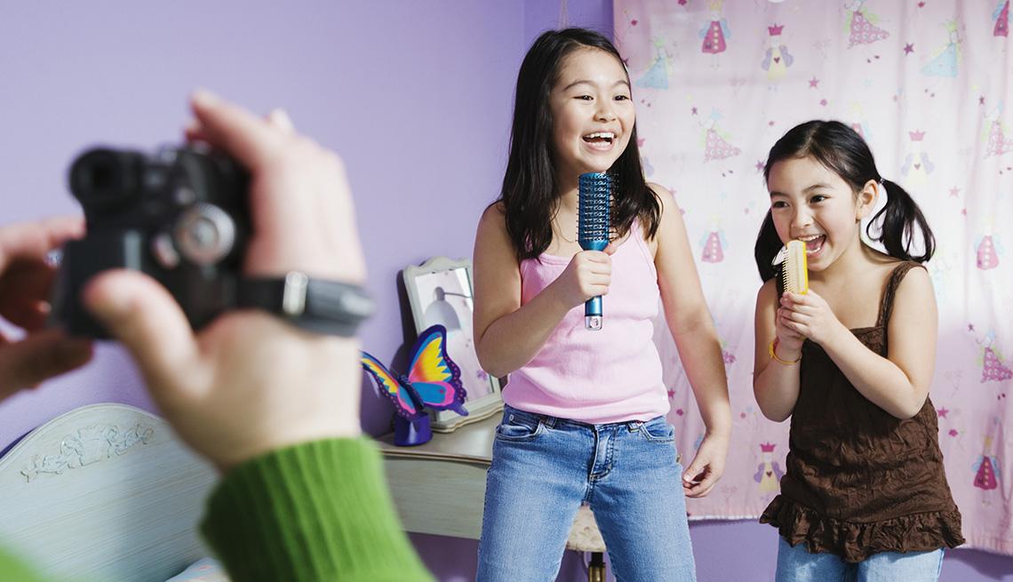item 1 of Gallery image - Dos niñas cantando y grabando un vídeo - Diviértete con tu familia y amigos este verano