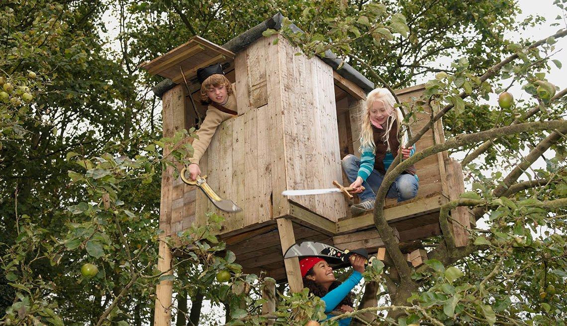 Niños juegan en una casa del árbol - Diviértete con tu familia y amigos este verano