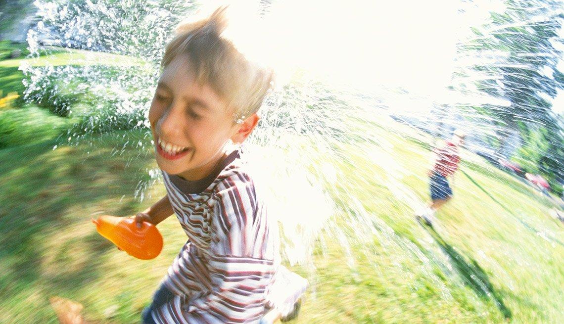 Niños jugando con globos de agua - Diviértete con tu familia y amigos este verano