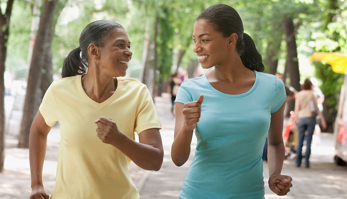 Hija y madre trotando - Diviértete con tu familia y amigos este verano