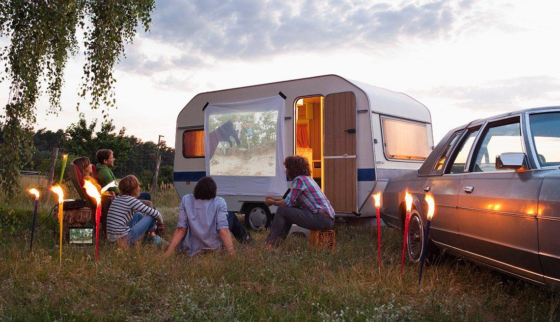 Amigos viendo proyecciones de películas al aire libre - Diviértete con tu familia y amigos este verano