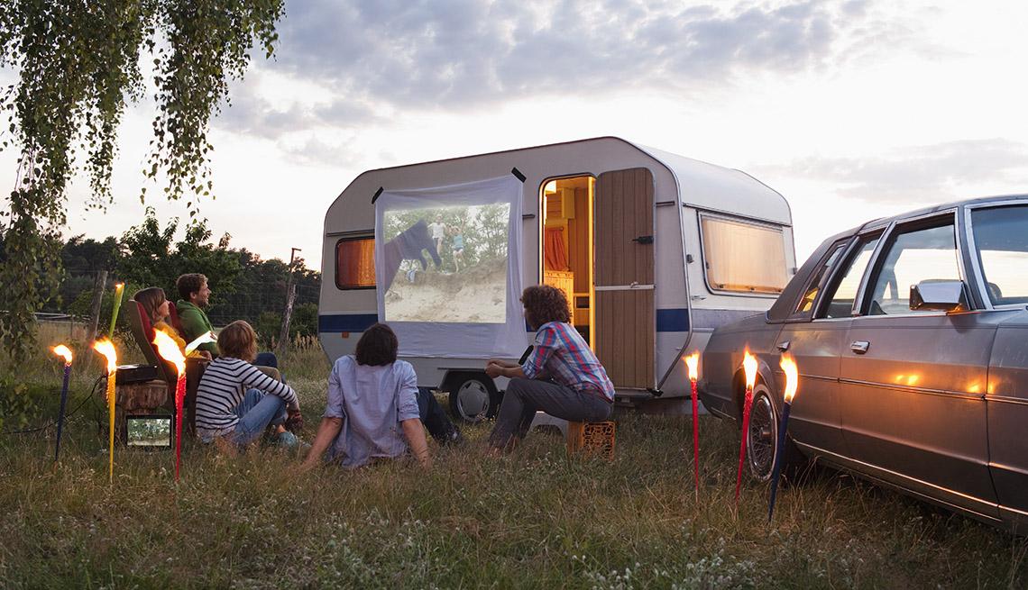 item 5 of Gallery image - Amigos viendo proyecciones de películas al aire libre - Diviértete con tu familia y amigos este verano