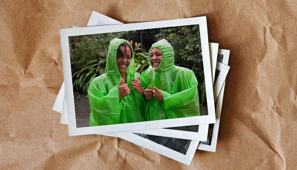 Dos muchachas adolescentes riendo en la lluvia - Diviértete con tu familia y amigos este verano