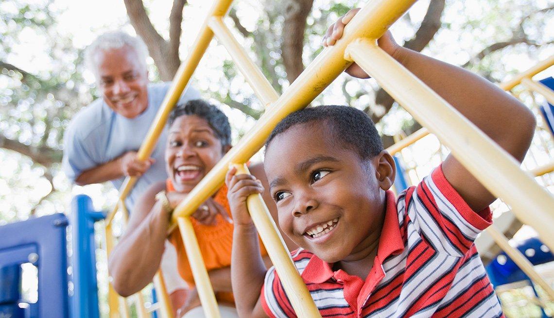 Los abuelos y el nieto jugando en un parque - Diviértete con tu familia y amigos este verano
