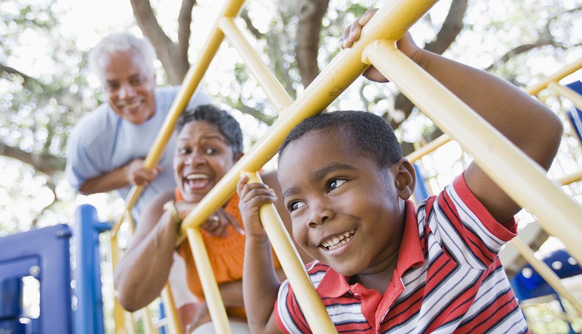 item 9 of Gallery image - Los abuelos y el nieto jugando en un parque - Diviértete con tu familia y amigos este verano