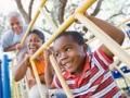 Abuelos y nietos juegan en un parque infantil - Diviértase con su familia y amigos este verano