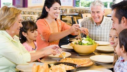 Familia comiendo junta - Cómo fomentar hábitos saludables en los niños y en la familia