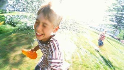 Niños jugando con globos de agua - Diviértase con su familia y amigos este verano