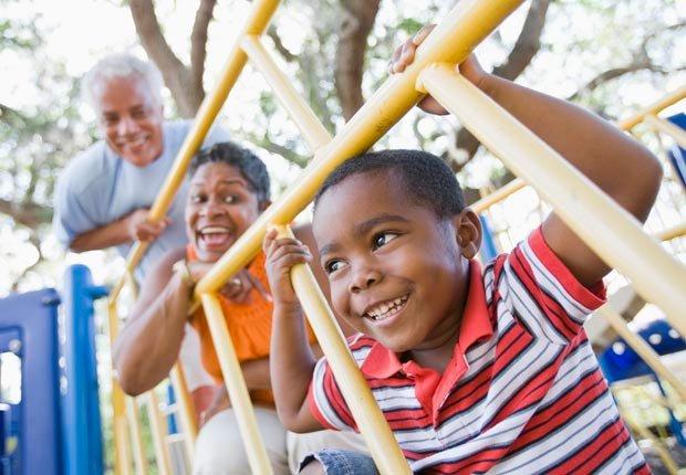 Los abuelos y el nieto jugando en un parque - Diviértase con su familia y amigos este verano