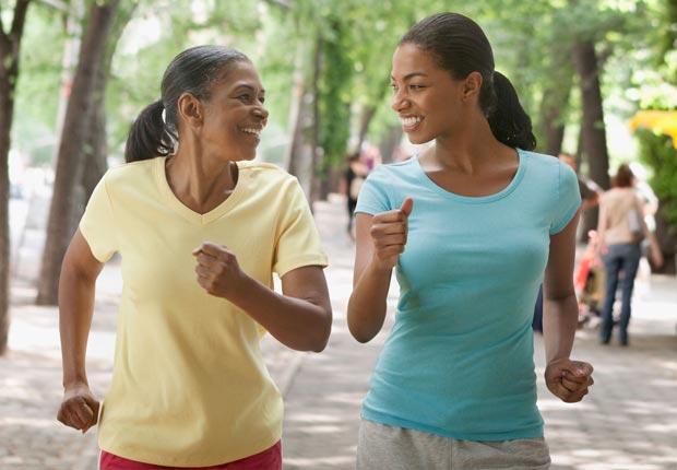 Hija y madre trotando - Diviértase con su familia y amigos este verano