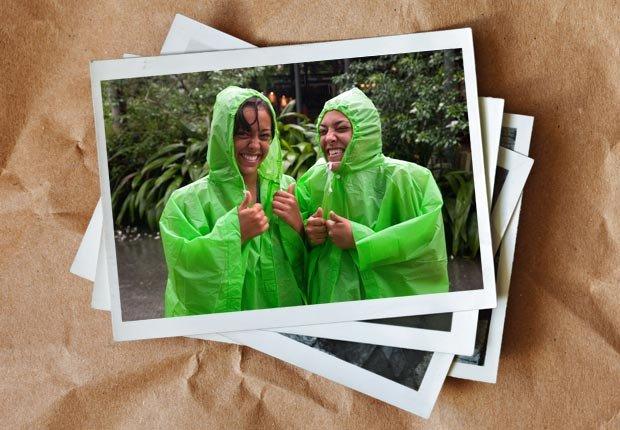 Dos muchachas adolescentes riendo en la lluvia - Diviértase con su familia y amigos este verano