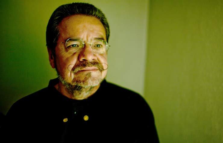 Ramón Del Castillo activista chicano posa en el campo de Auraria Campus donde enseña en Denver, Colorado