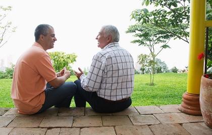 Padre e hijo hablando afuera de su casa - El consejo de Emilio en las relaciones, la familia y la comunicación