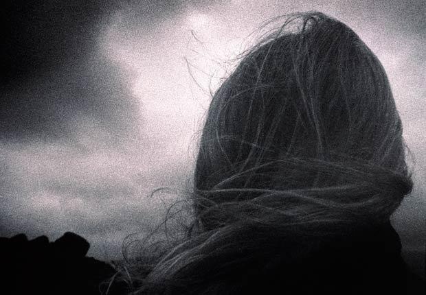 Viento soplado el pelo de una mujer, 7 maneras de salir de su zona de confort