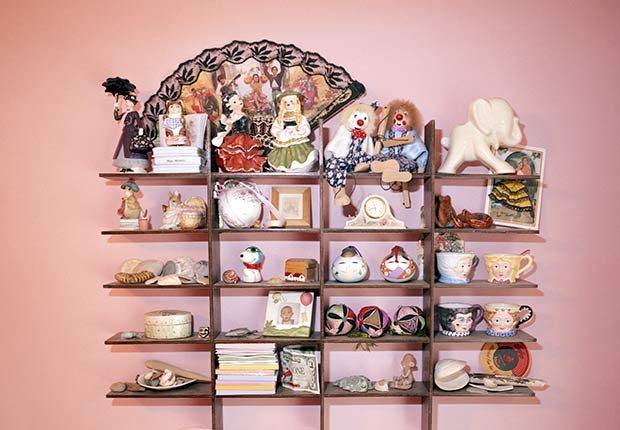 Objetos de colección sobre una pared - Diez cosas nunca deben hacer de nuevo después de 50 años de edad