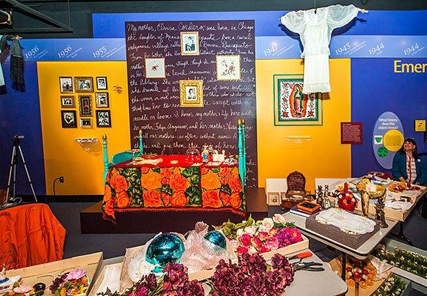 Altar diseñado por la artista Sandra Cisneros para conmemorar el Día de los Muertos en una istalación que se presenta en el Museo Nacional de Historia Americana en Washington DC.
