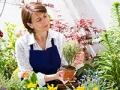 Mujer en medio del jardín - Actividades para los que sufren de Alzheimer