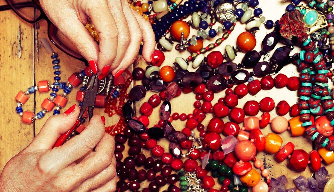 Joyas de cuentas hechas por la escritora chilena Isabel Allende