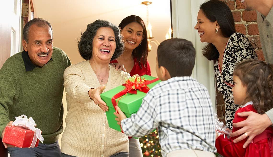 Familia intercambiando regalos - 7 maneras de disfrutar las fiestas y evitar el estrés