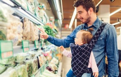 Papá e hijo van de compras en el supermercado