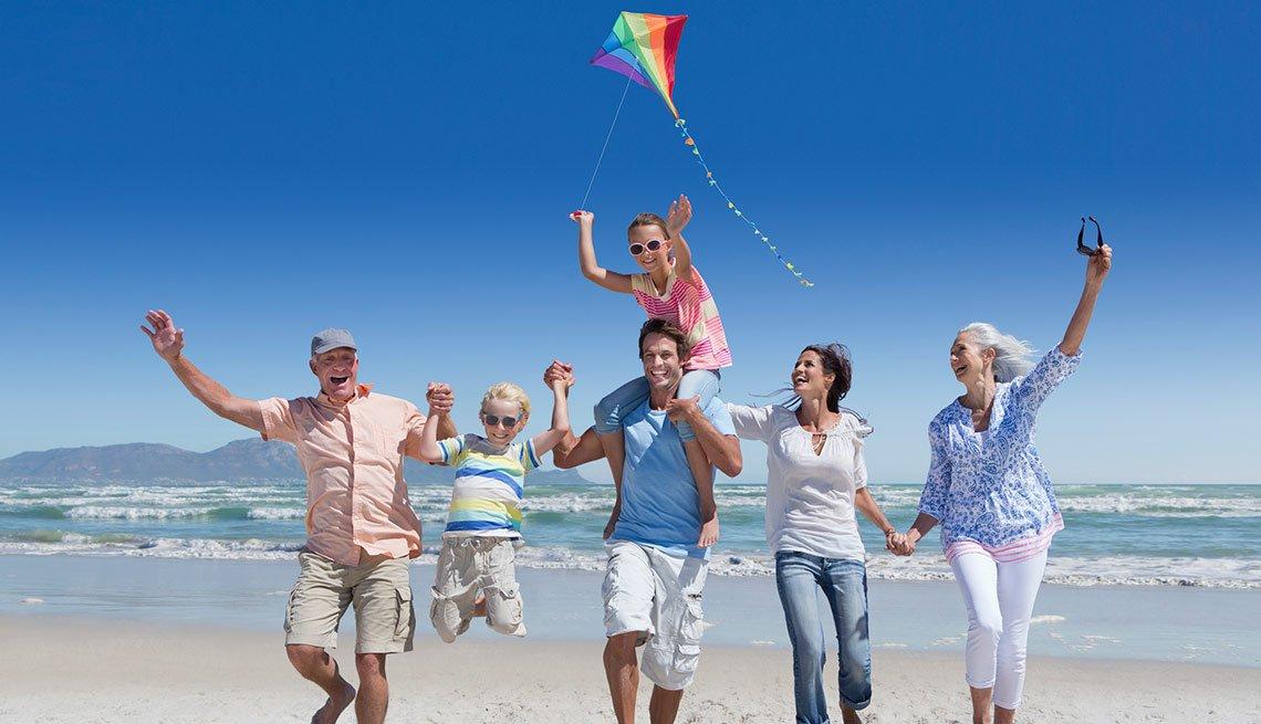 Familia en la playa - Guía para sobrevivir al verano