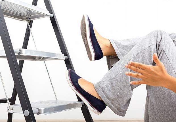 Persona cayéndose de una escalera - Guía para sobrevivir al verano