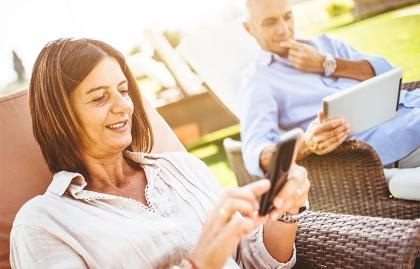 Cómo y por qué pasar tiempo en las redes sociales en la madurez - Mujer observa su teléfono móvil