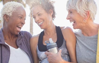 Tres mujeres sonríen