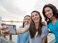 Es posible aprender de los más jóvenes - Madre y sus dos hijas soríen