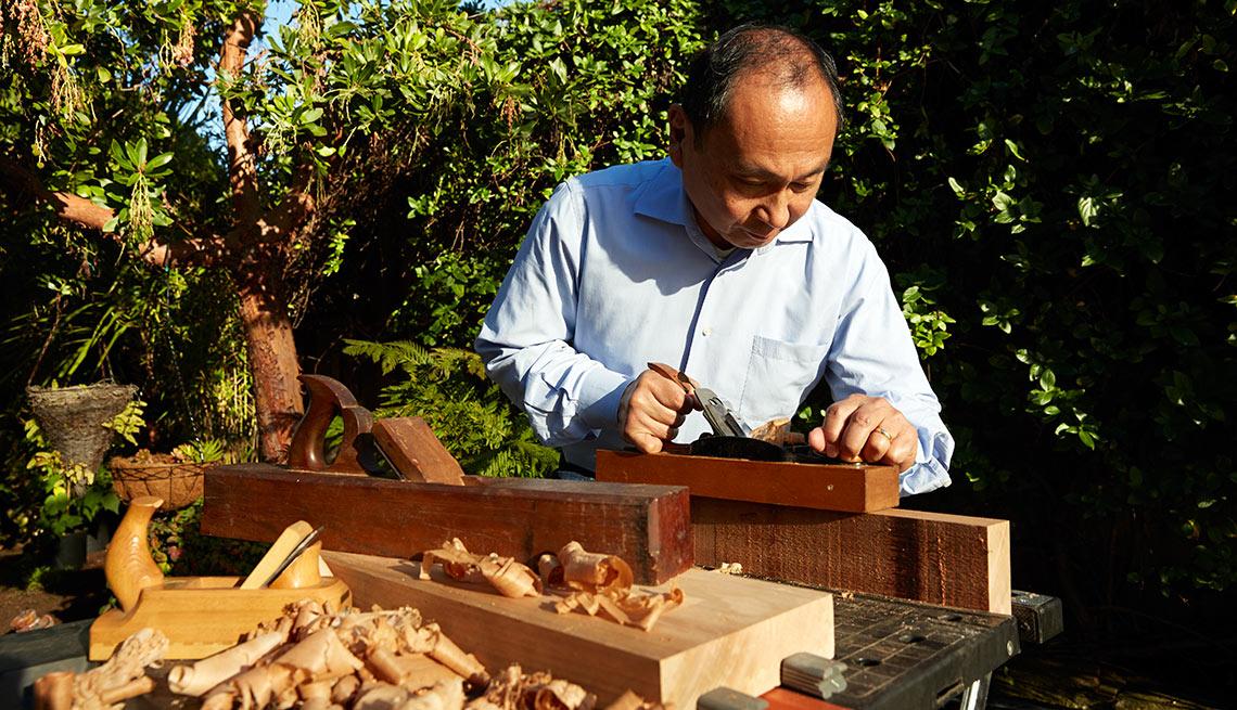 Francis Fukuyama trabaja con madera