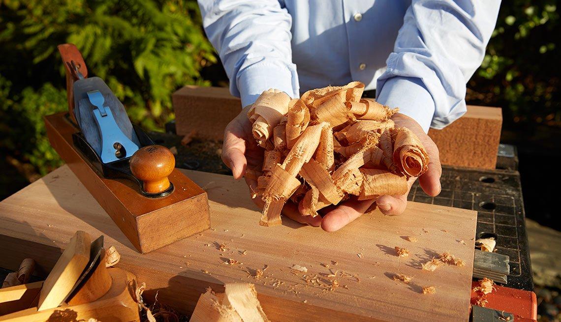 La otra pasión de Francis Fukuyama - Persona pule un trozo de madera