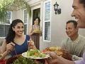 Cómo comportarte con las parejas de tus hijos jóvenes - Familia cenando