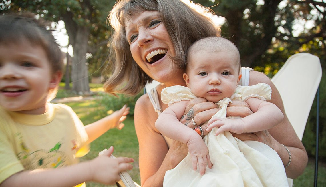 Los pros y los contras de ser una mamá mayor - Mujer sonríe con sus dos hijos