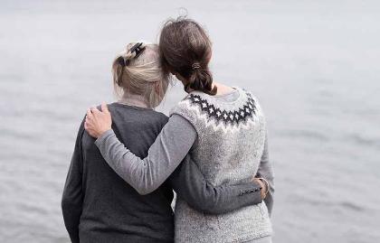 5 remordimientos comunes antes de morir - Madre e hija miran hacia el horizonte